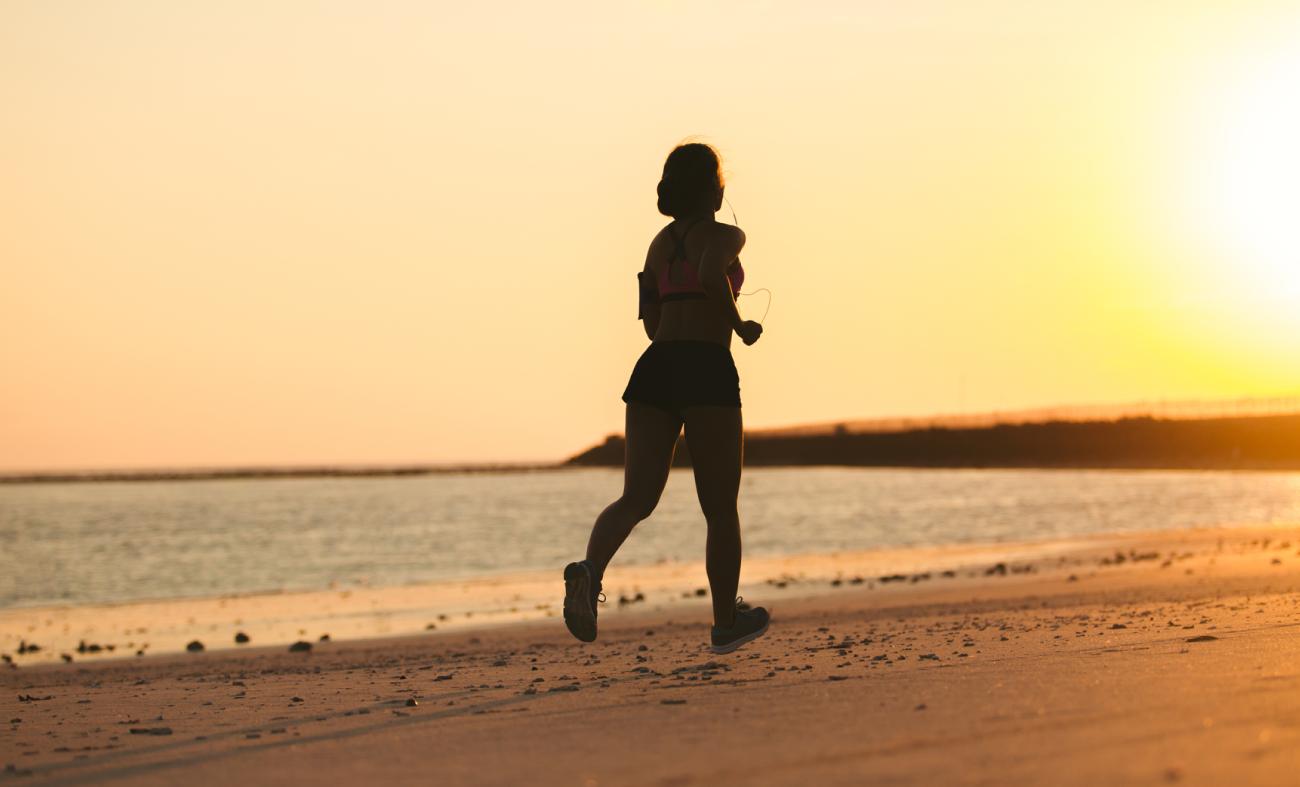 Verão: saiba como correr na areia sem se machucar